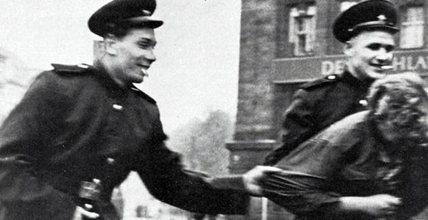 Kızıl Ordu 500 bin, Müttefik askerleri de 860 bin Alman kadına tecavüz etmiş