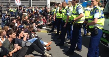 Yeni Zelanda'daki 'silah fuarı'nı protesto eden savaş karşıtlarından dokuzu tutuklandı