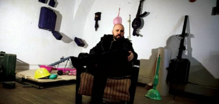 Silahları müzik aletlerine dönüştüren sanatçı